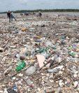 Autoridades del gobierno de Honduras y de Guatemala, en un recorrido reciente por la desembocadura del río Motagua, en Puerto Barrios, Izabal, para constatar la gravedad de la contaminación en ese afluente. (Foto: Hemeroteca PL)
