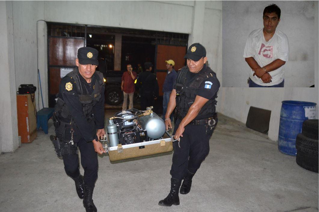 Policías cargan el compresor que Gabriel Cárdenas Mazariegos intentó sustraer del Hospital Nacional de Retalhuleu. (Foto Prensa Libre: Jorge Tizol).