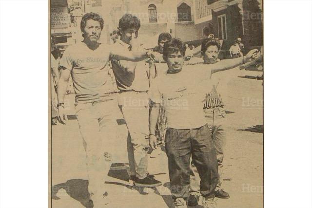 """""""Gritones"""" o """"jaladores"""" que se dedican al cambio de dólares en el Centro Histórico, en una fotografía de la década de 1980. (Foto: Hemeroteca PL)"""