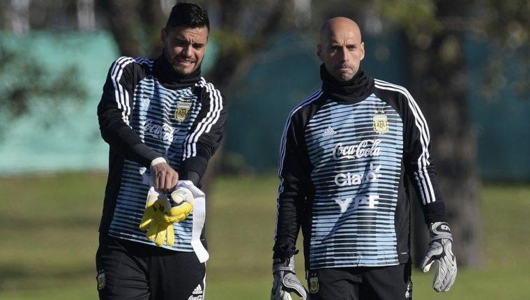 Sergio Romero y Willy Caballero durante el entrenamiento de esta tarde donde se confirma la lesión de Romero. (Foto Prensa Libre: AFP)