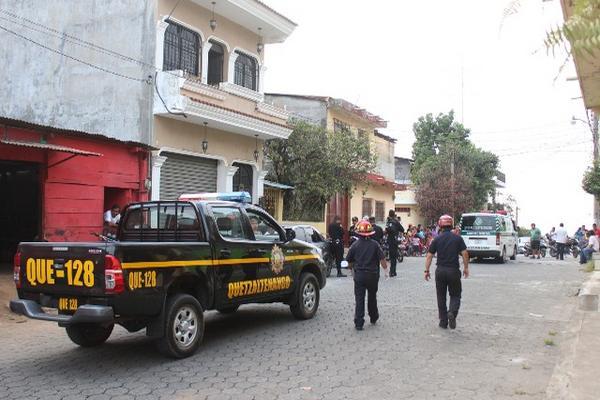 Agentes policiales y pobladores de Coatepeque observan cadáver de hombre. (Foto Prensa Libre: Alexánder Coyoy)