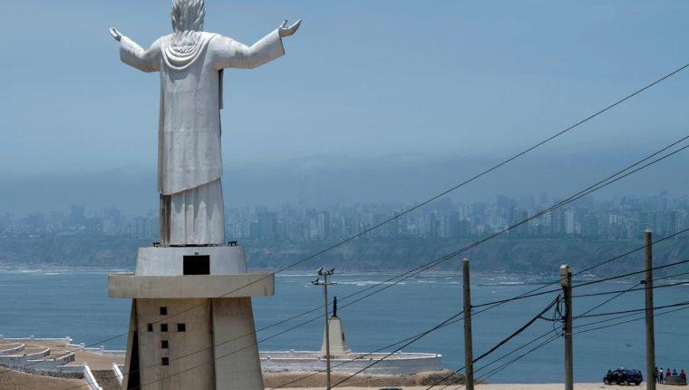 """Vista del """"Cristo del Pacífico"""" que en parte fue donada por la constructora brasileña Odebrecht. (Foto Prensa Libre: AFP)"""