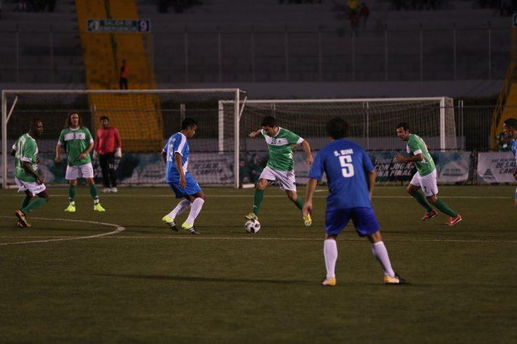 Deco conduce la pelota frente a Édgar Valencia.