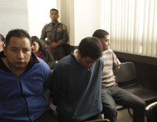 José Jiménez, Isaac Álvarez y Érick Tacén —al fondo— escuchan los señalamientos en su contra. (Foto Prensa Libre: Edwin Bercián)