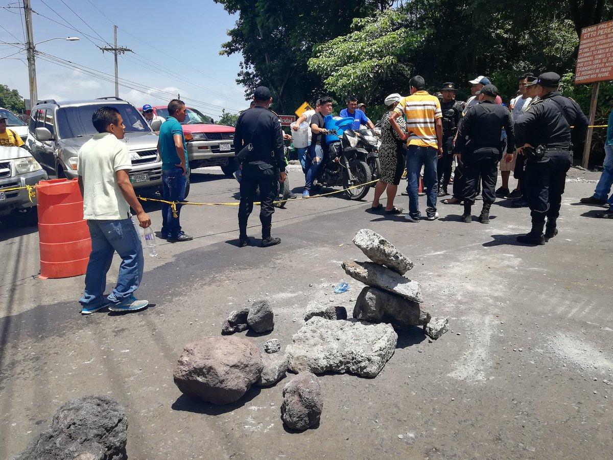 Familiares de desaparecidos intentaron ingresar a la zona cero este miércoles a buscar a sus seres queridos, pero la Policía se los impidió. (Foto Prensa Libre: Enrique Paredes)