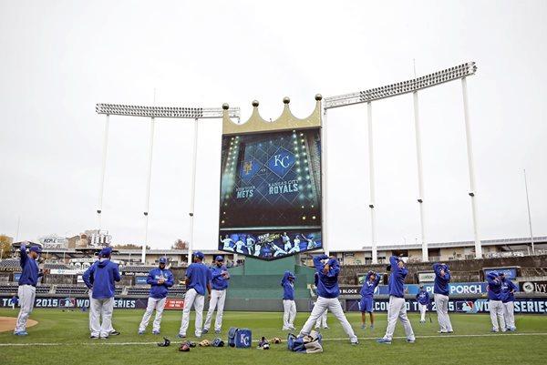 El juego entre Royals y los Mets ha creado gran espectativa. La serie arranca mañana. (Fotos Prensa Libre: AFP)