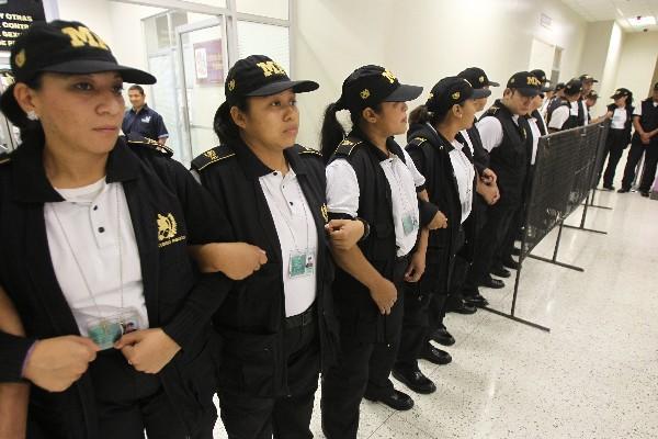 Agentes  de seguridad del MP resguardaron el área donde el hijo de Cristina Siekavizza brindó su testimonio.