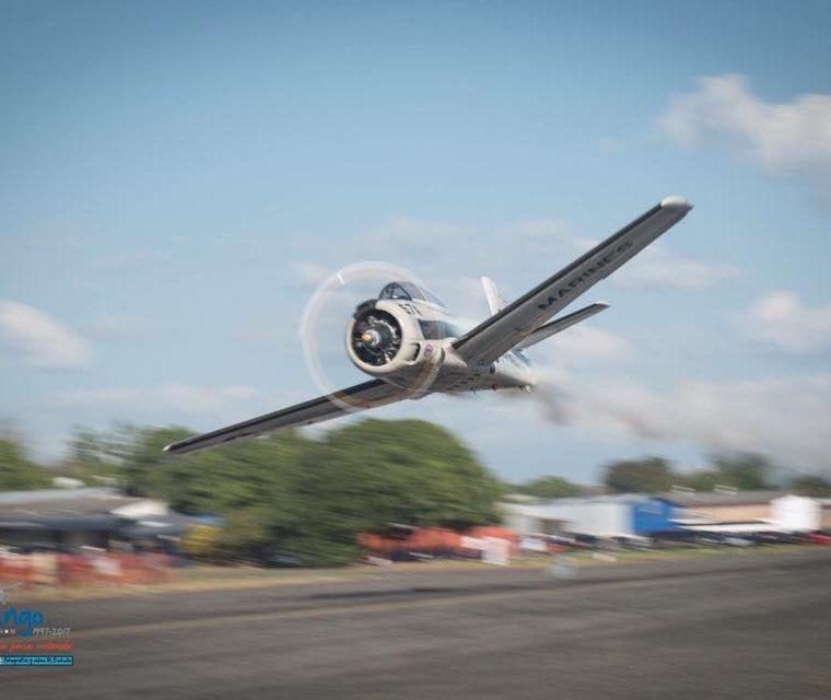 El T-28 Trojan que se accidentó esta tarde al final de la pista del Aeropuerto La Aurora, participaba en espectáculos aéreos. (Foto Prensa Libre: G4 Team)