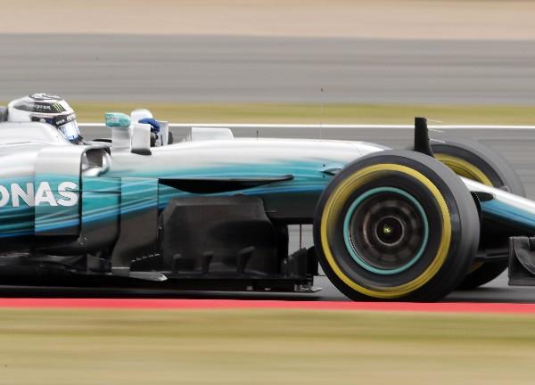 El finlandés Valtteri Bottas fue el más rápido este viernes en el circuito de Silverstone. (Foto Prensa Libre: AFP).