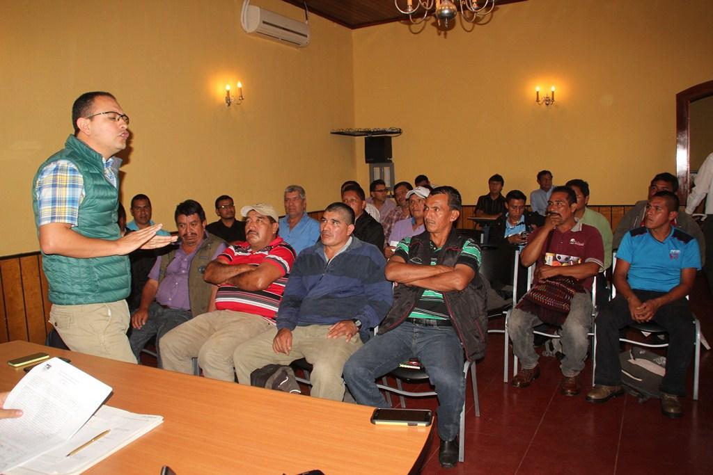 Representantes de las partes involucradas participan en el diálogo, en el salón de Gobernación Departamental de Huehuetenango. (Foto Prensa Libre: Mike Castillo)