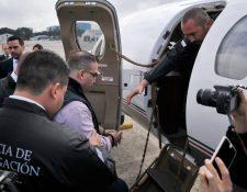 Javier Duarte abordando el avión de la PGR que lo trasladará a México. (Foto Prensa Libre: Mingob)