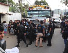 Familiares identificaron a la víctima, Esaú Miguel Aguirre. (Foto Prensa Libre: Erick Avila)