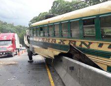 El bus que protagonizó el accidente quedó sobre los separadores de carriles. (Foto Prensa Libre: PMT de Villa Nueva).