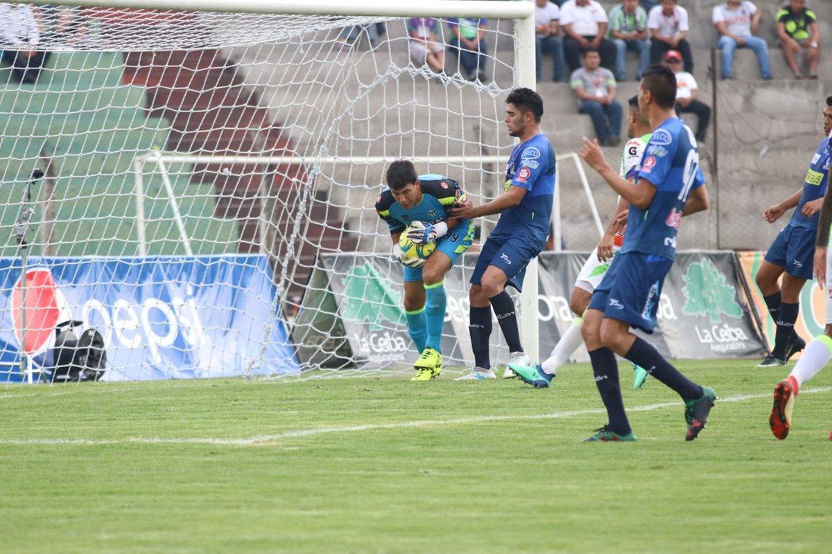 Molina toma la pelota en un centro de Suchi al área.