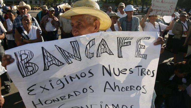 Unos 3 mil 330 cuentahabientes e inversionistas fueron estafados por los directivos de Bancafé (Foto Prensa Libre: Hemeroteca).