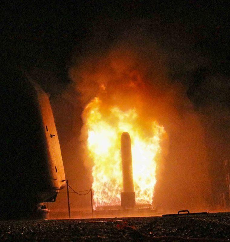 El crucero de misiles guiados USS Monterey dispara un misil de ataque terrestre Tomahawk el 14 de abril. (Foto Prensa Libre:AFP).