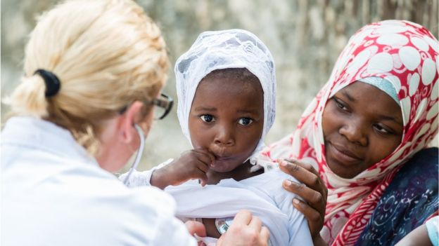 Los hombres sobreviven a las mujeres en solo tres de los 149 países evaluados. (Foto, GETTY IMAGES).