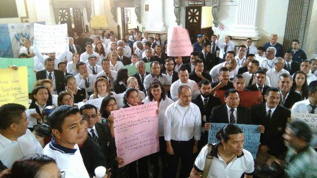 Trabajadores sindicalizados del Congreso participan en plantón y se declaran en asamblea permanente. (Foto Prensa Libre: Estuardo Paredes)