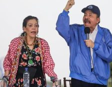 El presidente de Nicaragua, Daniel Ortega acompañado de su esposa y vicepresidente Rosario Murillo da un mensaje a simpatizantes sandinistas. (AFP)