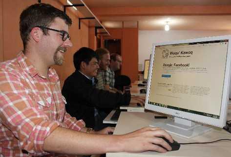 La ONG  Wuqu' Kawoq, con el apoyo de ingenieros de Estados Unidos, desarrolló una aplicación que permite utilizar Facebook en kaqchikel.