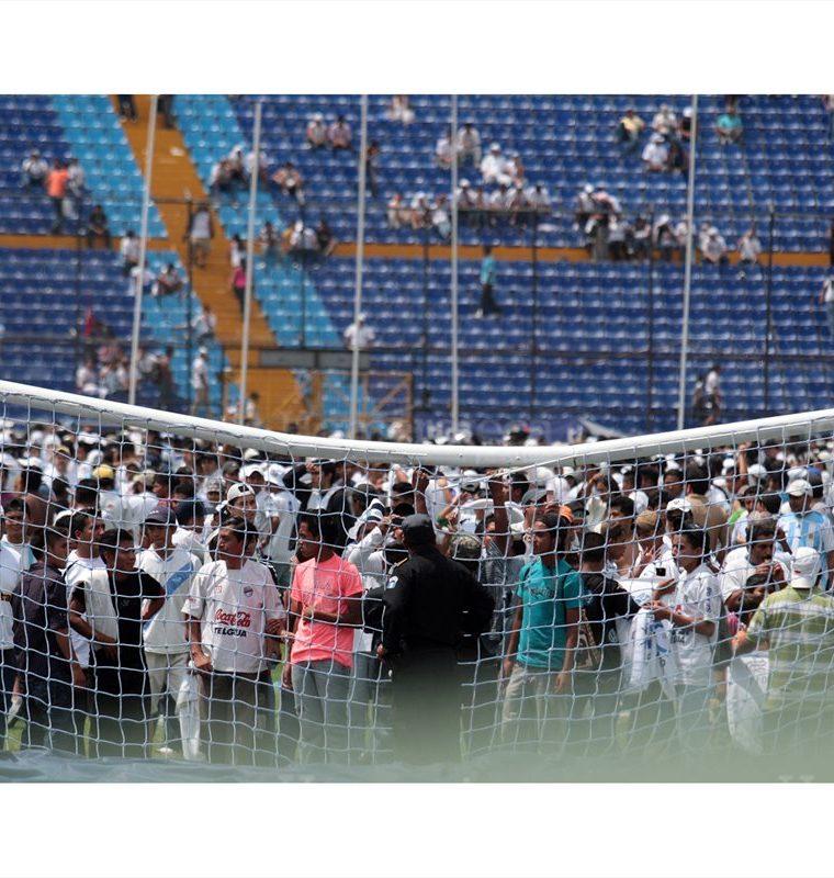 En la final del futbol guatemalteco de 2011 entre los equipos de Municipal y Comunicaciones, los seguidores de ambos equipos protagonizaron disturbios en las instalaciones del Estadio Nacional Mateo Flores. (Foto: Hemeroteca PL)