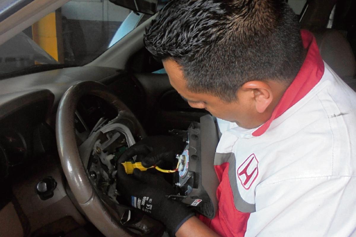 Revisan autos defectuosos
