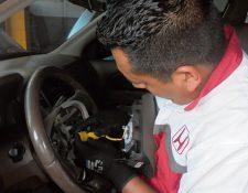 La bolsa de aire se infla y sale del timón al momento en que el automóvil recibe un impacto.