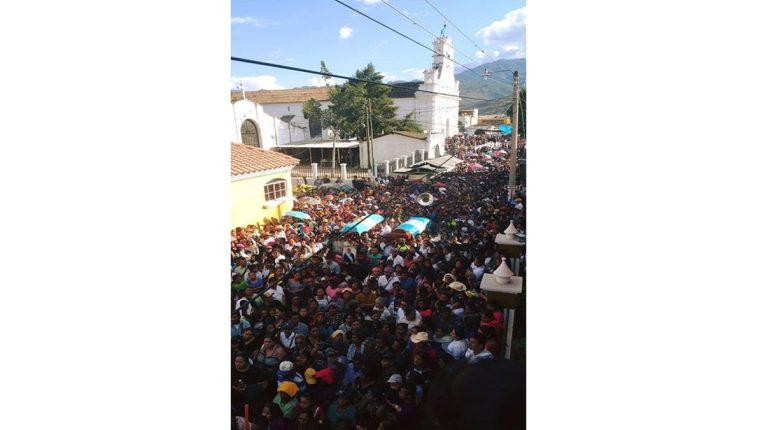 Masiva asistencia a sepelio de funcionarios ediles de Rabinal. (Foto Prensa Libre: Tomada de Facebook Rabinal 2.0).