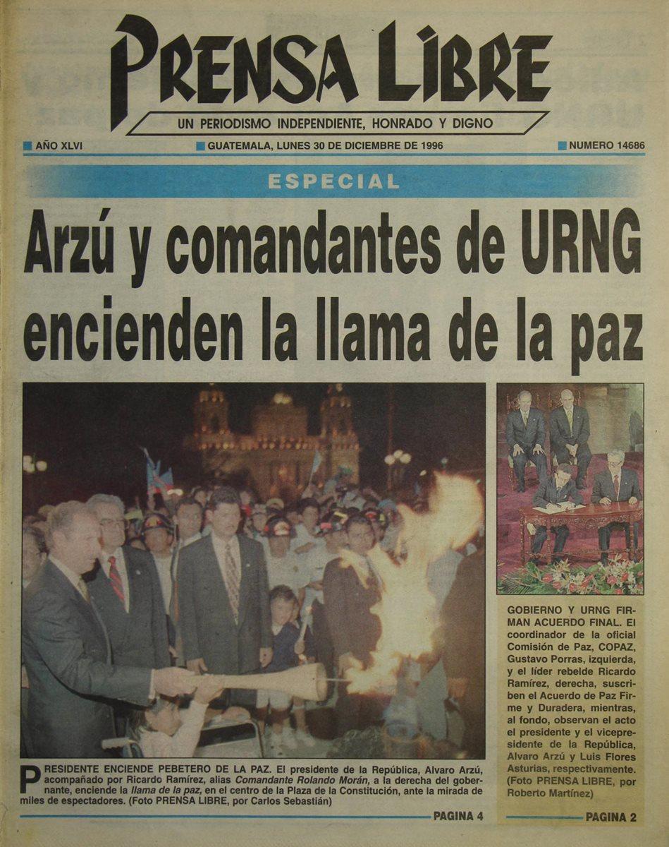 El entonces presidente Álvaro Arzú enciende el 29 de diciembre de 1996 la llama de la paz, en la Plaza de la Constitución. El monumento se encuentra actualmente en el Patio de la Paz, en el Palacio Nacional de la Cultura. (Foto: Hemeroteca PL)