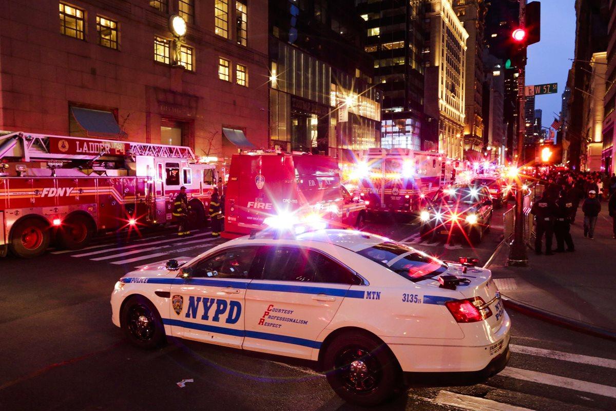 Camiones de bomberos y la policía rodeó la calle 50 de Nueva York por en incendio en la Torre de Trump. (Foto Prensa Libre: AFP)