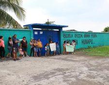 Padres de familia de una escuela en Escuintla muestran carteles por el descontento del paro que efectúan maestros sindicalizados. (Foto HemerotecaPL)