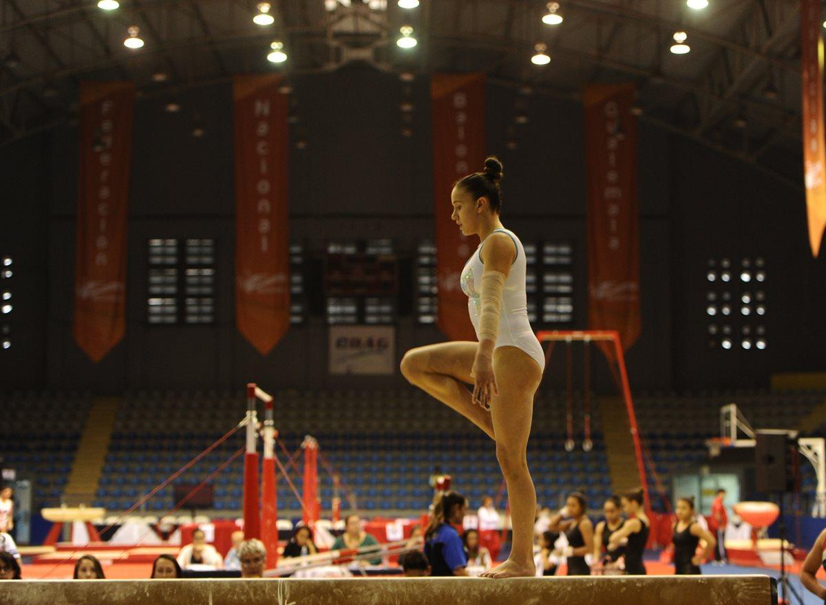 Marcela Bonifasi cumple con una rutina en la viga de equilibrio.