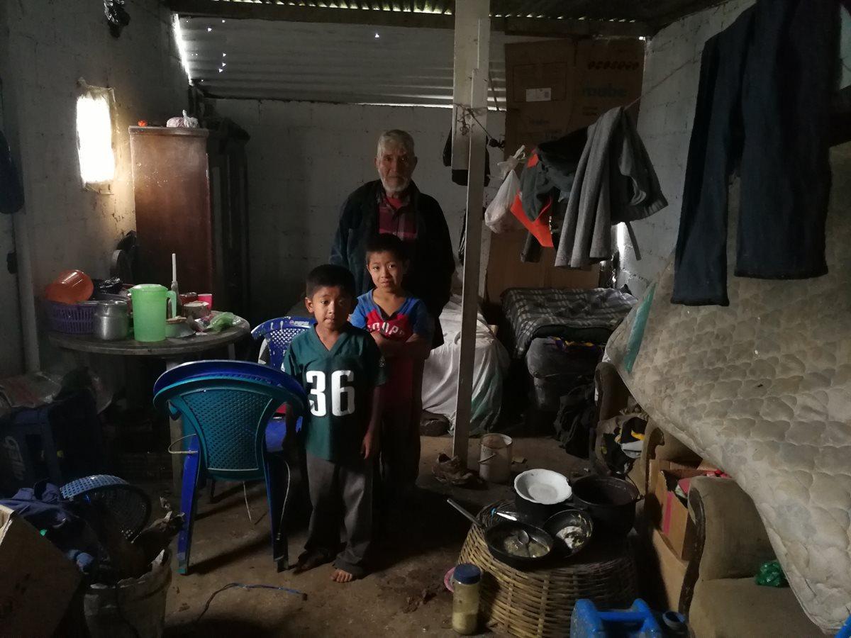 El abuelo que junto a su carreta saca adelante a sus nietos