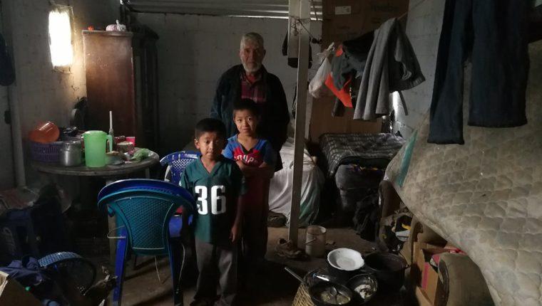 El anciano junto a sus dos nietos. (Foto Prensa Libre: Oscar García).