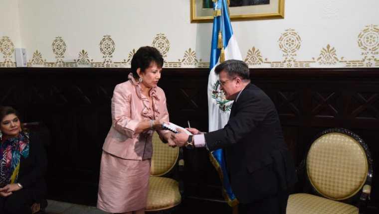 María Eugenia Mijangos Martínez, presidenta del TSE, entrega al director legislativo del Congreso, Luis Eduardo López, la iniciativa de reforma electoral. (Foto Prensa Libre: Érick Ávila).