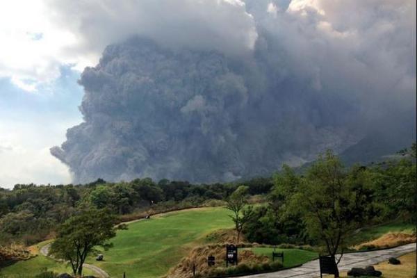 Esta imagen compartida por Vinicio Bejarano muestra la erupción del Volcán de Fuego. (Foto Prensa Libre: Vinicio Bejarano)