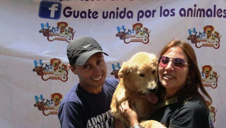 Alejandra Estrada, directora de Guate Unida por los Animales, y un voluntario cargan a Chus, quien fue rescatado. (Foto Prensa Libre: Cortesía)