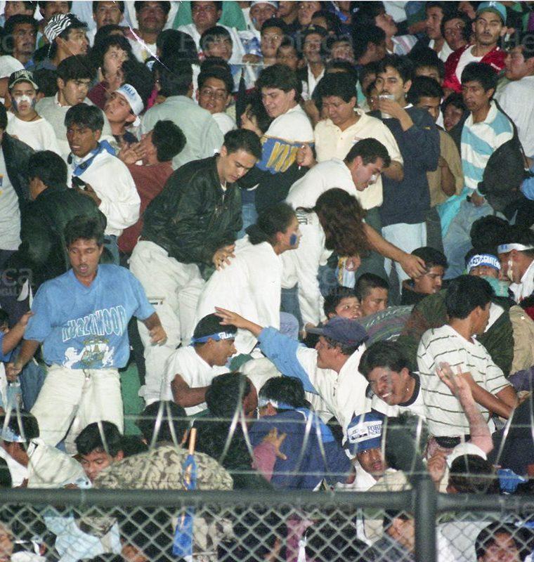 La turba de aficionados se aglomera en la General Sur, generando una avalancha en la que perdieran la vida más de 83 aficionados y resultaran heridas más de cien personas, previo al encuentro de fútbol entre las selecciones de Guatemala y Costa Rica. (Foto Hemeroteca PL)