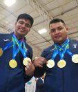 Gilberto Lemus, en 105 kilogramos, y Luis Hoil en +105 kilogramos, muestran los oros conseguidos en las pesas. (Foto Prensa Libre: Carlos Vicente).