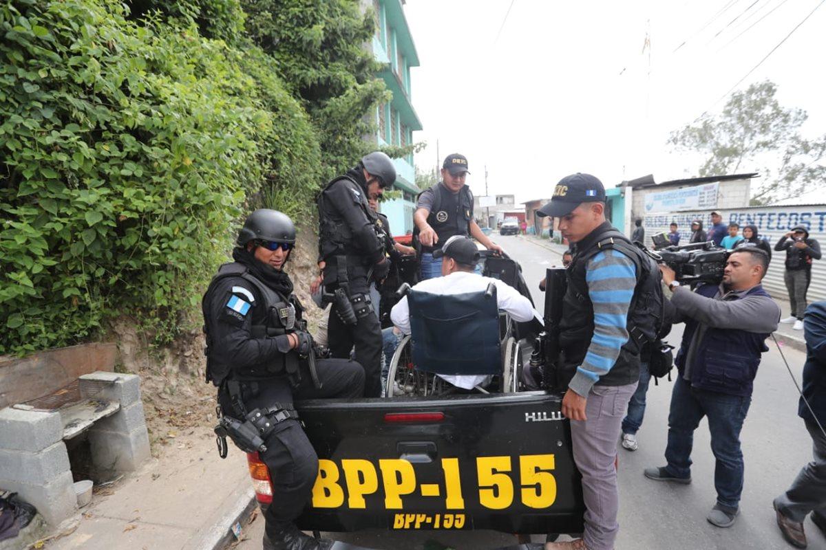 """Alias """"El Pitufo"""", es trasladado en patrulla al Juzgado de Turno. (Foto Prensa Libre: Érick Ávila)"""
