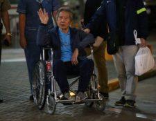 Alberto Fujimori salió en una silla de ruedas de la clínica de Lima en la que recibió el indulto humanitario. AFP
