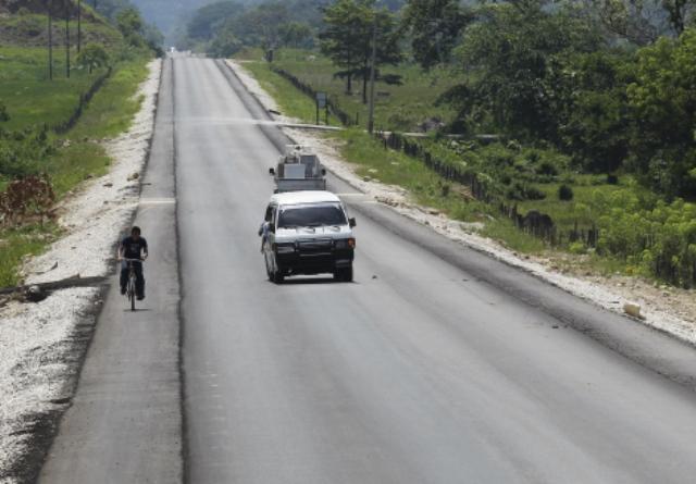 Los trabajos de pavimentación de la Franja Transversal del Norte están detenidos mientras se dan los derechos de vía.(Foto Prensa Libre: Hemeroteca PL)