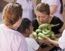 Gobernadora entrega 10 libras de banano a niño de Cuyotenango, Suchitepéquez. (Foto Prensa Libre: Cortesía)
