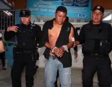 El piloto del tráiler, Patricio Rodríguez Gerónimo, al momento de ser conducido al Juzgado de Turno de Mixco. (Foto Prensa Libre: Hemeroteca PL)