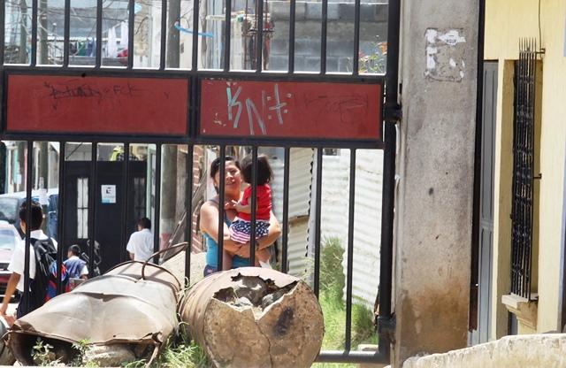 La colonia Bendición de Dios 2, La Comunidad, zona 10 de Mixco, está cerrada. Frente a los portones hay varios toneles que impiden el ingreso de vehículos. (Foto Prensa Libre: Oscar Felipe Q.)