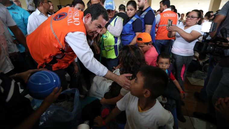 El presidente visitó a los damnificados. (Foto Prensa Libre: Carlos Ovalle)