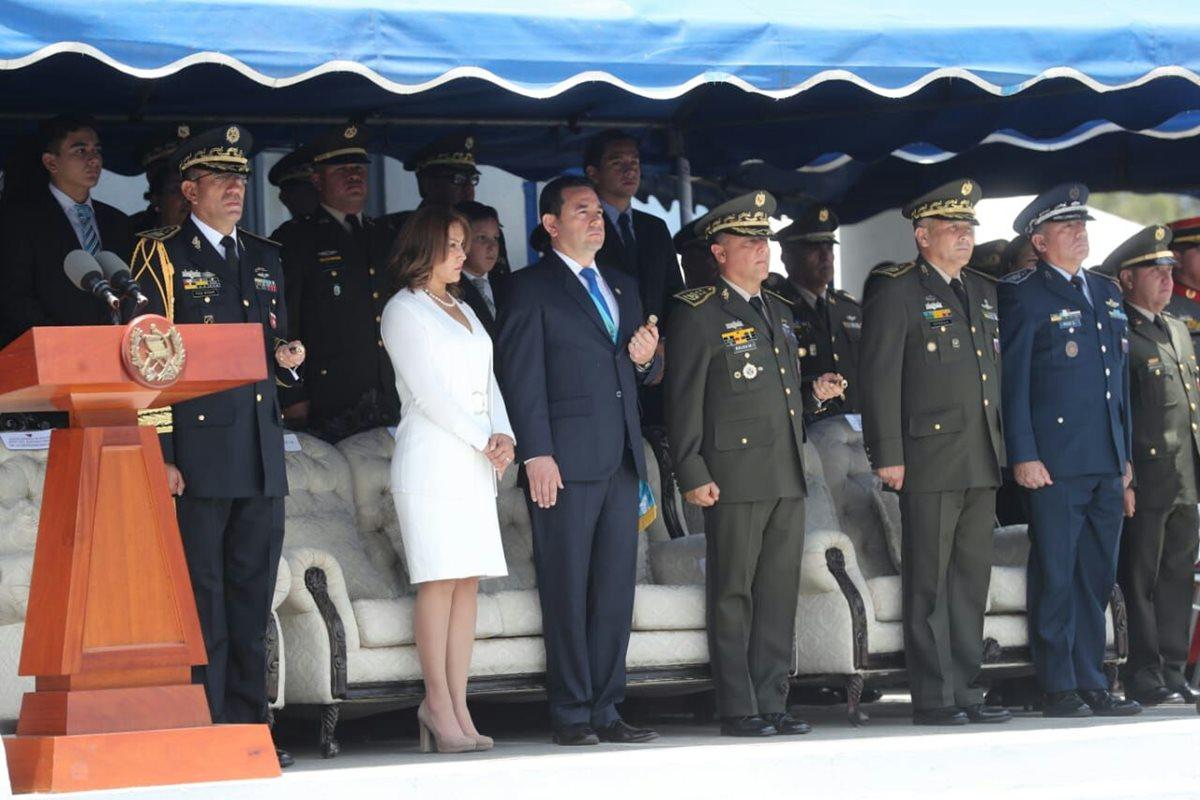 El presidente Jimmy Morales da un discurso  durante la celebración del Soldado Caído. (Foto Prensa Libre: AFP)