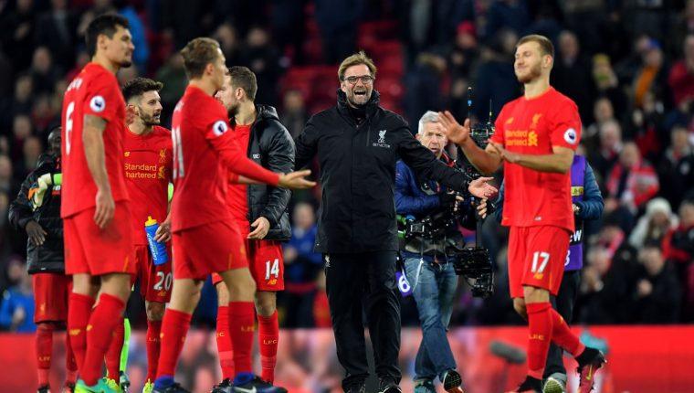 El entrenador Jürgen Klopp festeja con sus compañeros el triunfo frente al Manchester City. (Foto Prensa Libre: AP)
