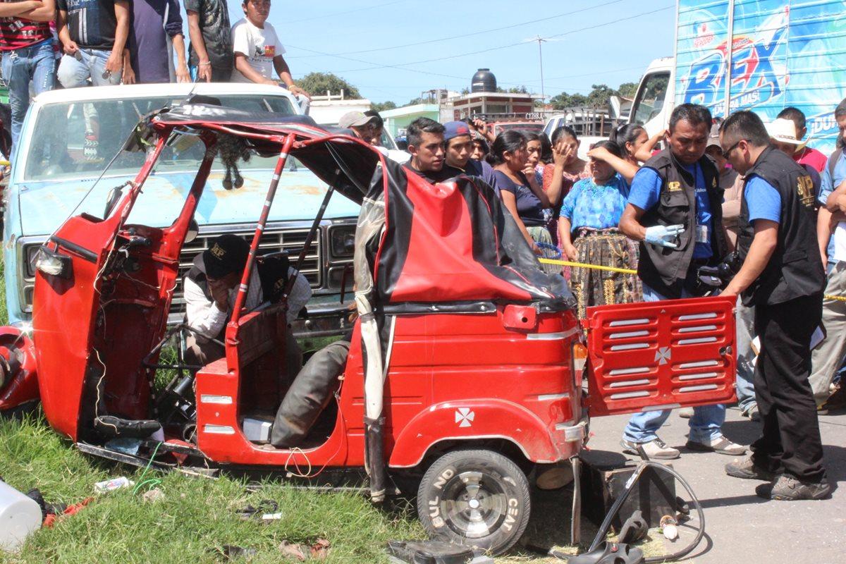 Peritos del Ministerio Público revisan mototaxi, luego de que se accidentó en San Antonio Palopó. (Foto Prensa Libre: Ángel Julajuj)