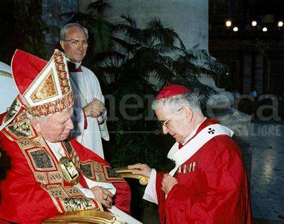 Monseñor Quezada Toruño recibe el palio arzobispal de manos del Papa Juan Pablo II en la Plaza de San Pedro el 30 de junio de 2001. (Foto: Hemeroteca PL)